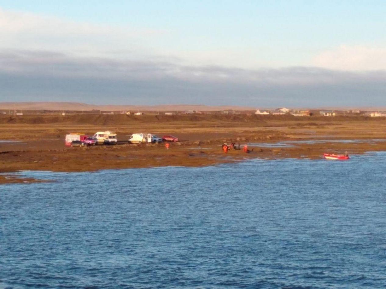 Rescataron con vida a un joven que flotaba en el río Grande
