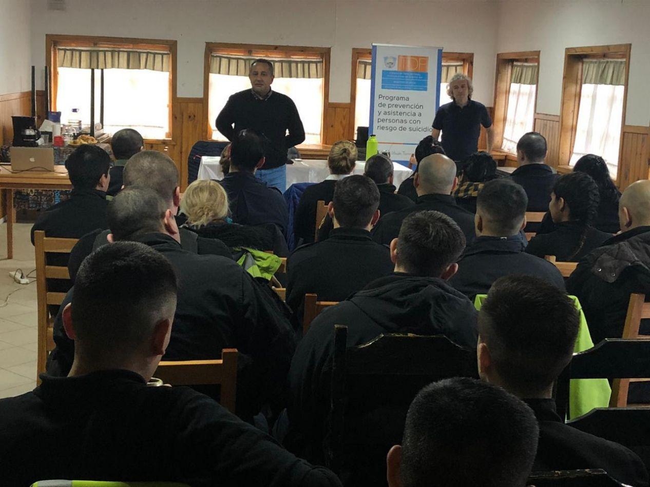 Capacitación sobre prevención del suicidio para agentes de la policia de Tolhuin