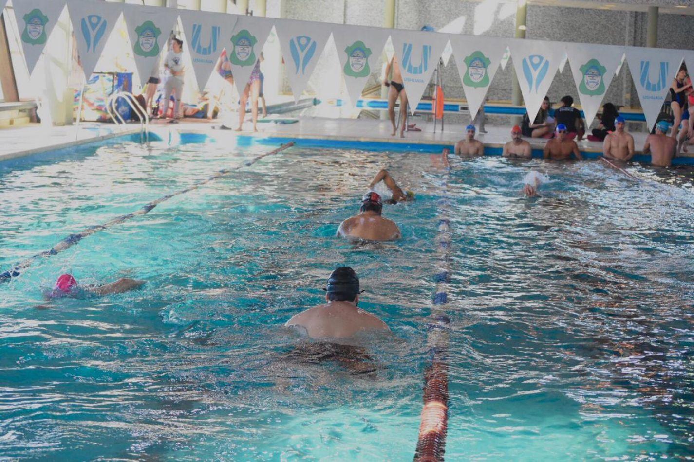 Se disputó el torneo de posta americana de natación con 45 nadadores