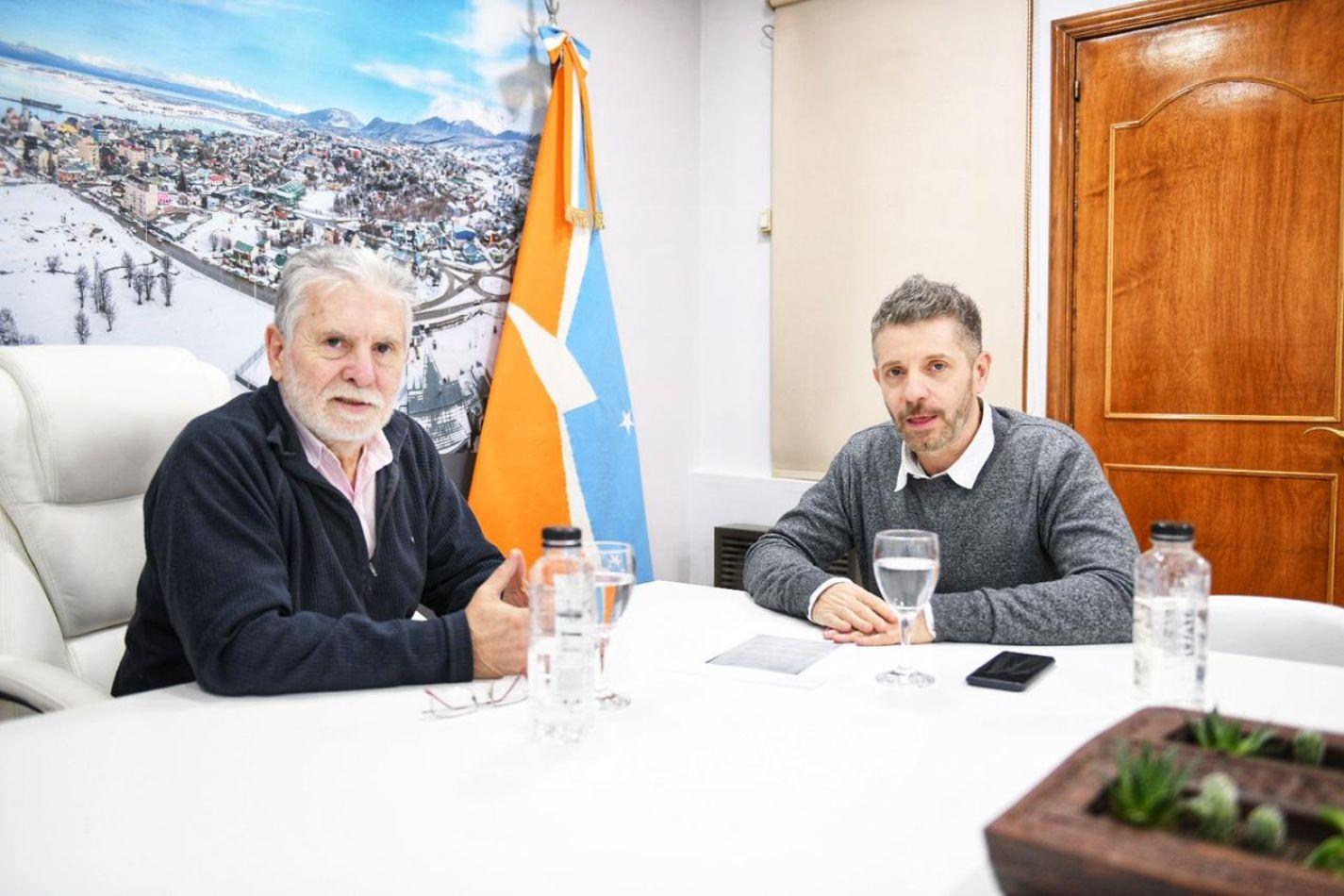 El jefe de Gabinete de la Municipalidad de Ushuaia Oscar Souto recibió en la sede de la Intendencia a su par del Gobierno provincial Leonardo Gorbacz