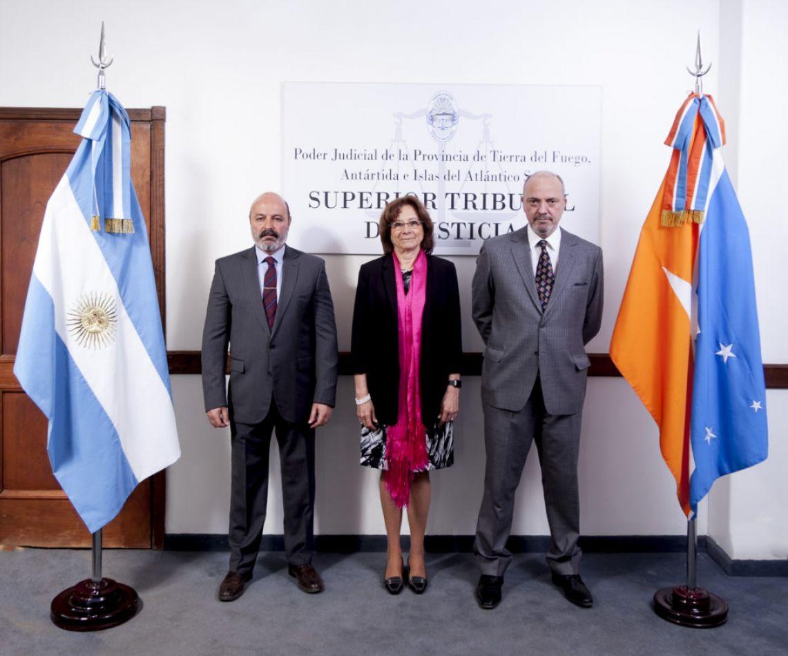 Doctora María del Carmen Battaini; el  vicepresidente, Doctor Carlos Gonzalo Sagastume y el juez del Superior Tribunal de Justicia, Dr Javier Muchnik