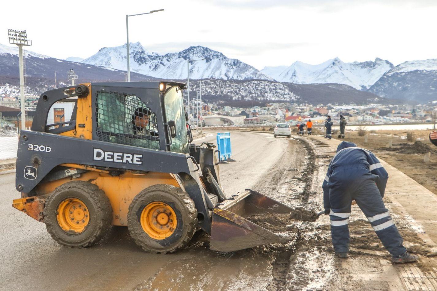 Comenzaron los trabajos de barrido en las márgenes de avenidas y veredas