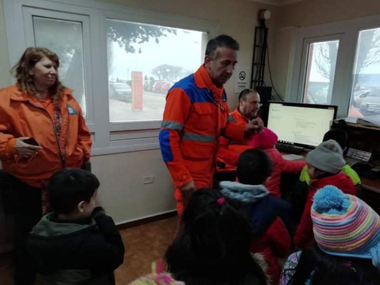 Pedro Franco y su equipo de trabajo junto alumnos del jardín