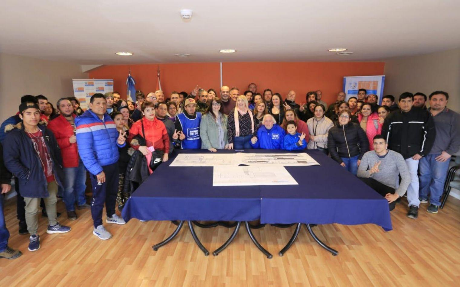 Bertone firmó el contrato para la construcción de la escuela técnica en la Margen Sur