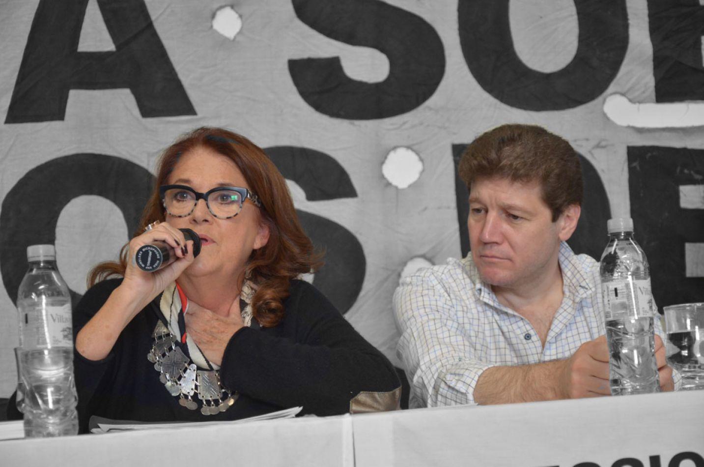 Alicia Castro junto a Gustavo Melella, brindan una charla en el gimnasio de la UOM.