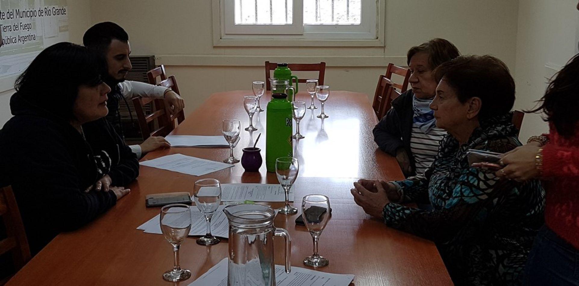 Por el beneficio al buen contribuyente, la concejal Mora se reunió con jubilados