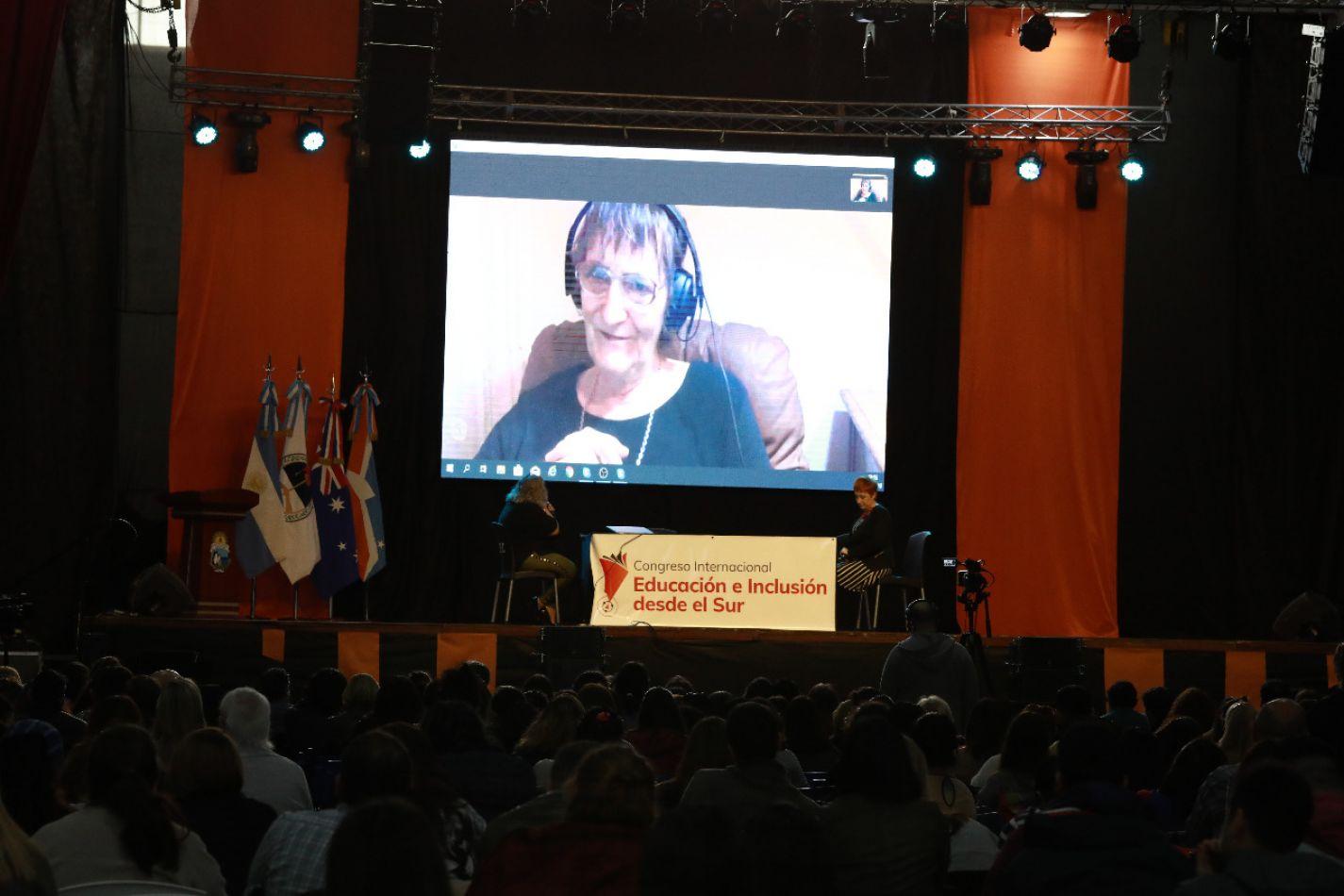 La sociologa australiana Raewyn Connell disertó por videoconferencia