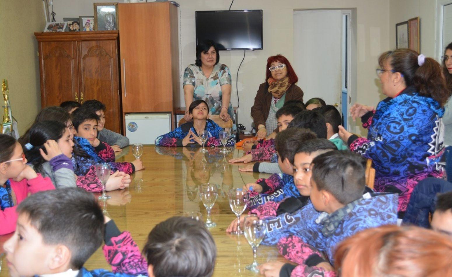 La edil Lali Mora escucha atentamente las explicaciones de las docentes de la escuela 46 de Chacra XI.
