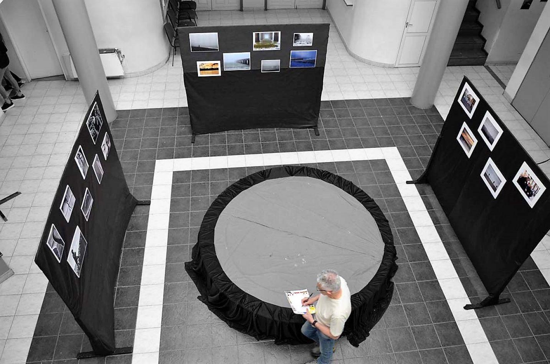 Alfio Baldovín recorre la muestra que se exhibe en el Centro Cultural Alem.