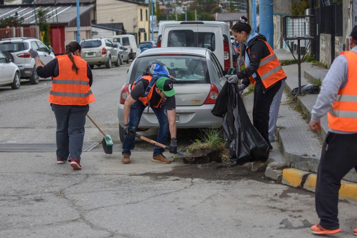 Jornada de limpieza en la calle Perón