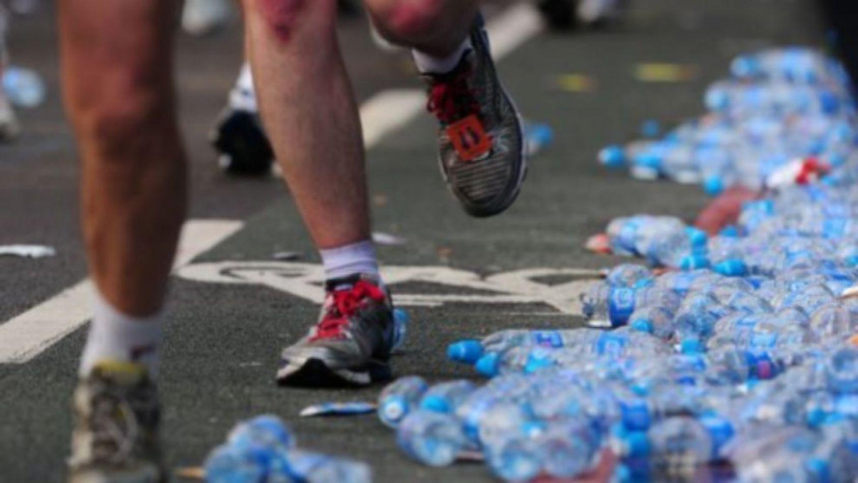 """Maratón de Conwy: """"Descalificarán a los corredores que arrojen botellas de agua al suelo"""""""