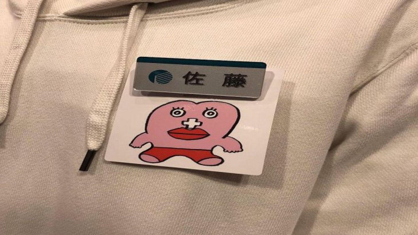Las mujeres llevarían una insignia con un personaje de manga llamado Seiri Chan (Miss Período).
