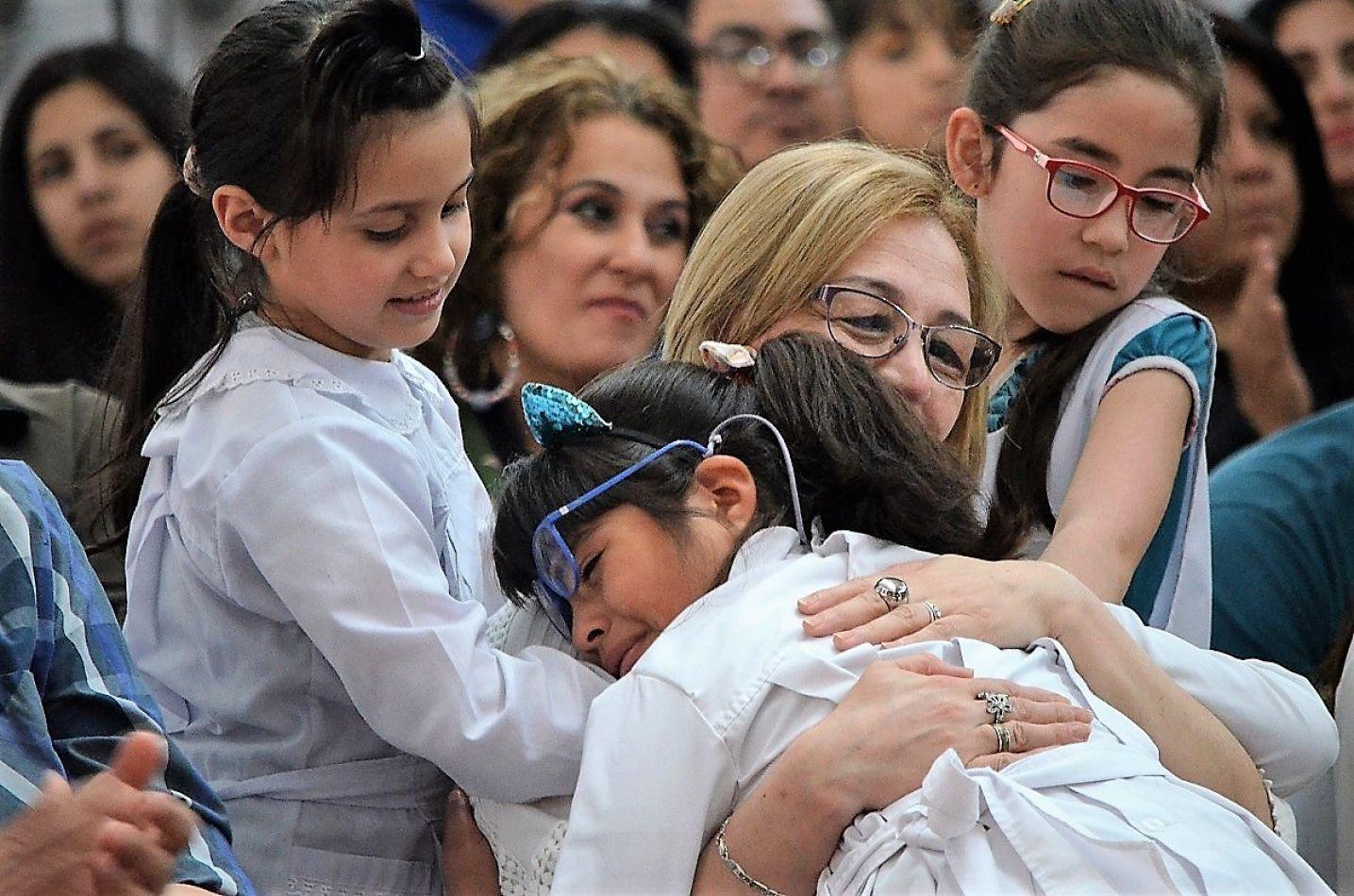 Alumnas lloran por la despedida de la directora Nancy Fernández.