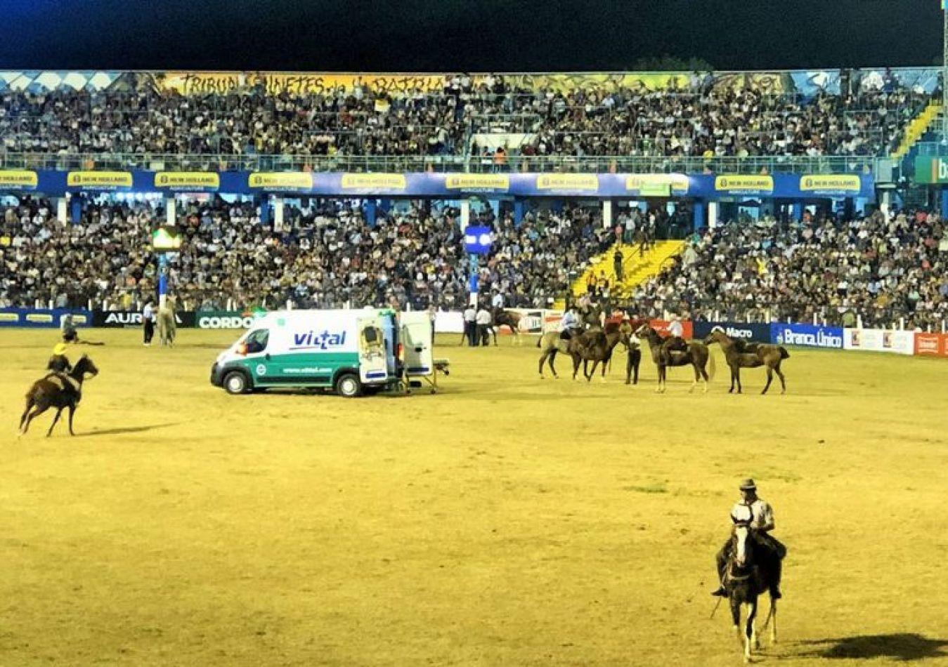 El accidente se produjo a las 21,50 de este lunes en el campo central de la doma del anfiteatro José Hernández.