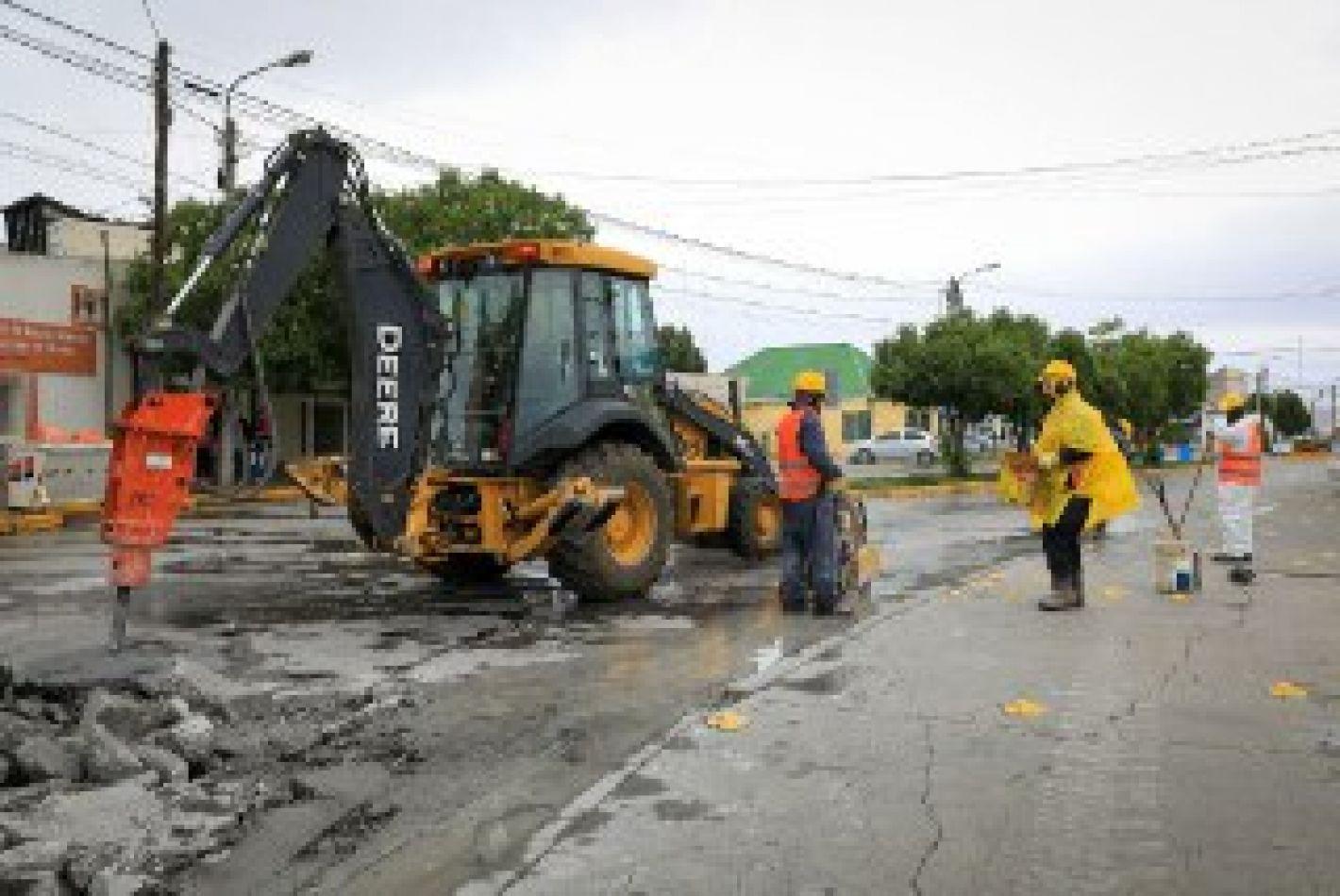 Con trabajadores municipales comenzaron los trabajos de bacheo en la calle Comodoro Luis Py