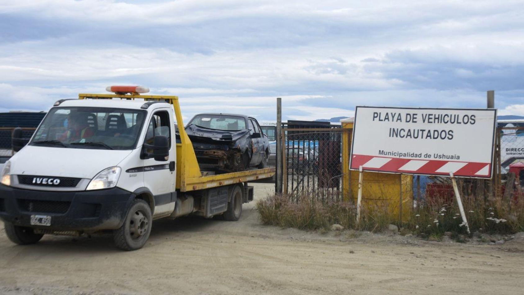 El municipio de Ushuaia traslada vehículos abandonados a la playa de Vito Dumas