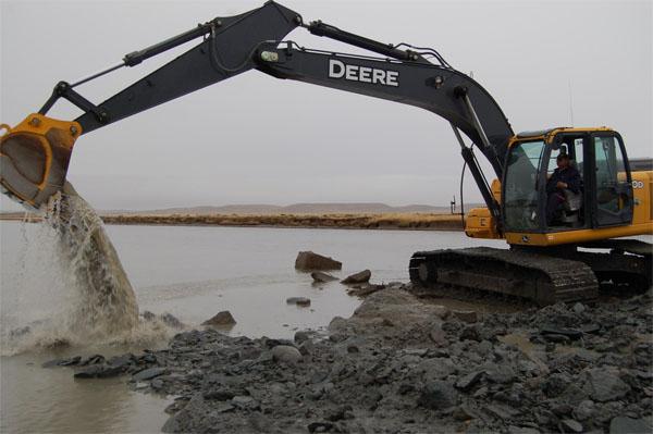 Una máquina vial procedió al dragado del cauce del río Grande.