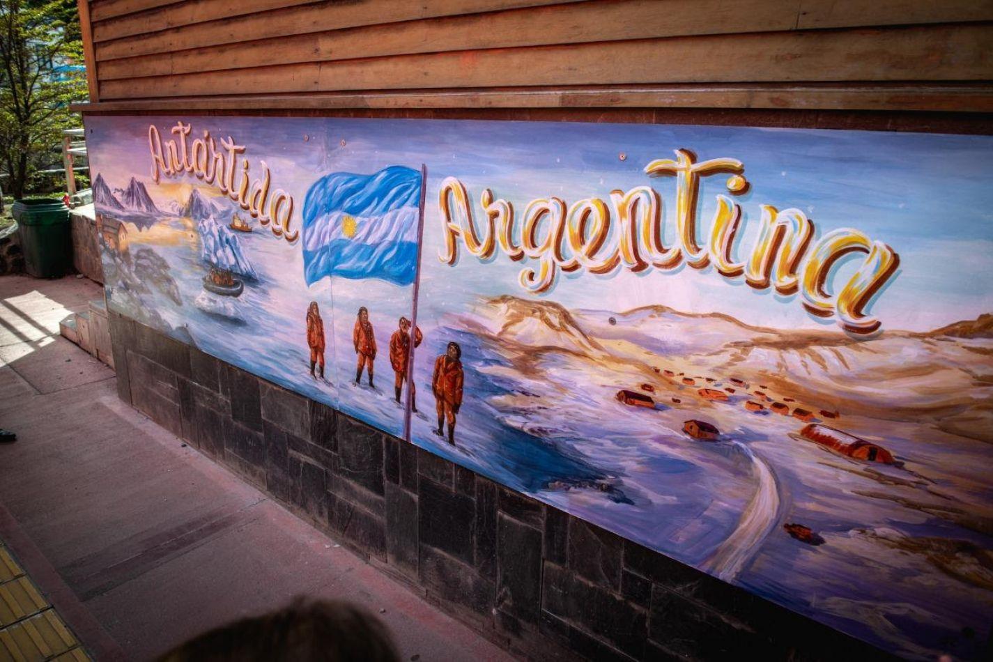 """Se inauguró el mural de la """"Antártida"""""""