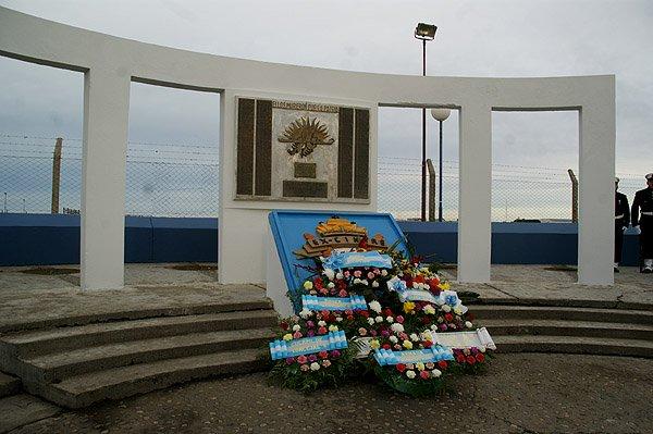 El homenaje se realizó en el monumento de avenida Santa Fe.