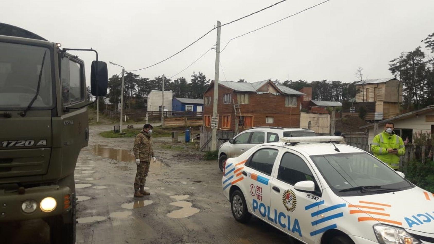 Personal del BIM 5 y de la Policía de la provincia trabajan codo a codo en Tolhuin. (Foto: Leonardo Di Benedetto).