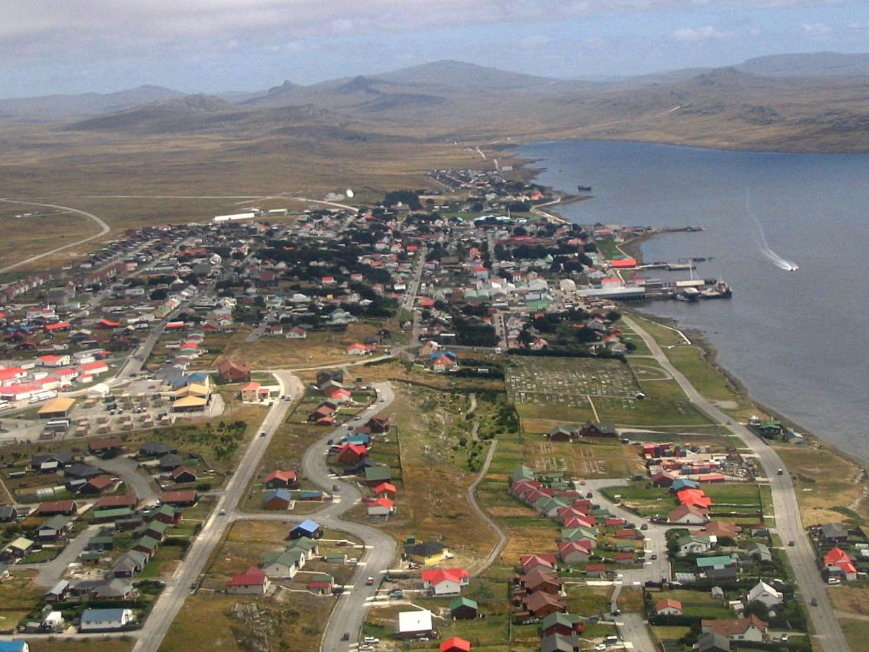Puerto Argentino desde el aire. Foto (Penguin News).