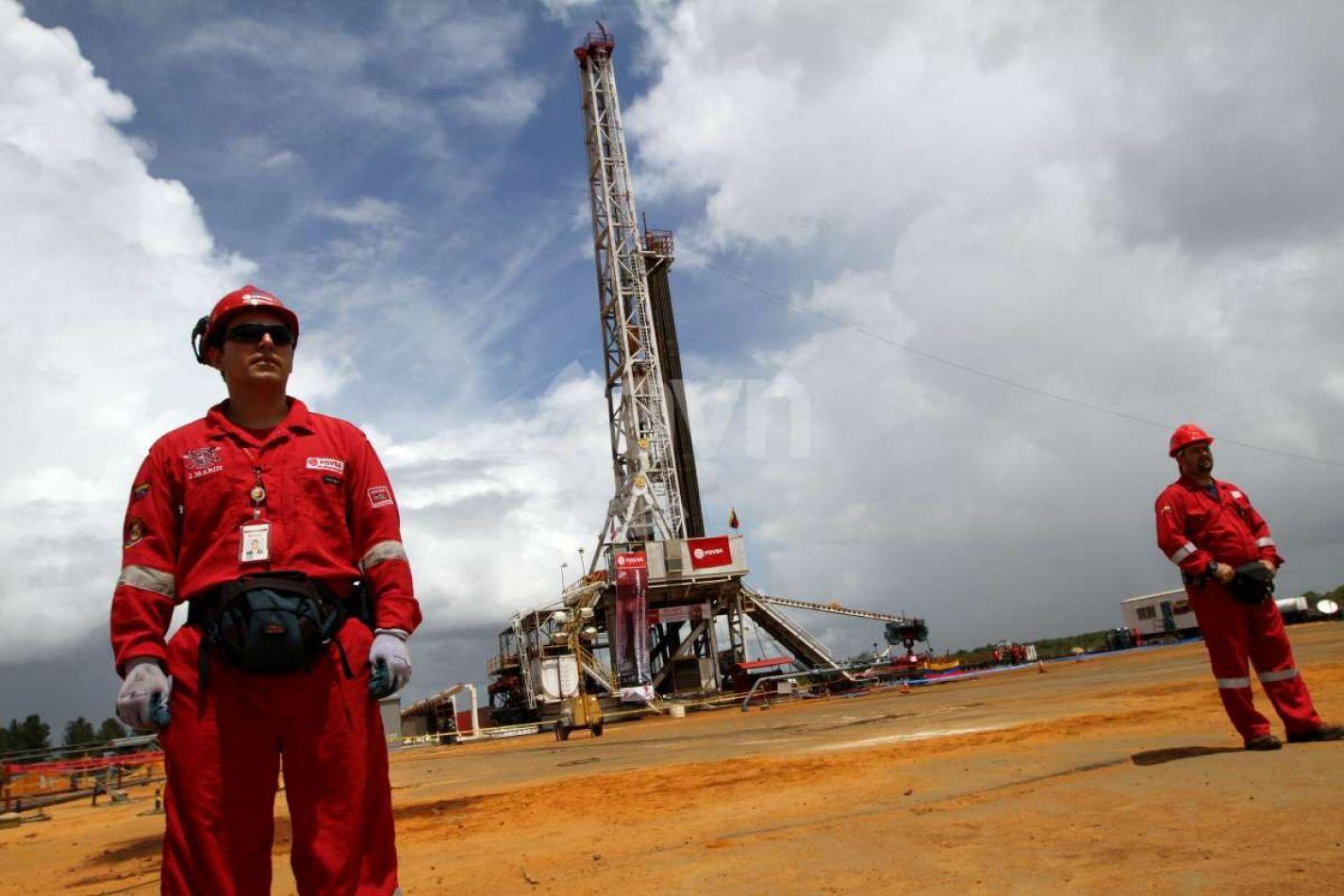 Petroleras abren retiros, suspenden personal y pagan salarios en cuotas