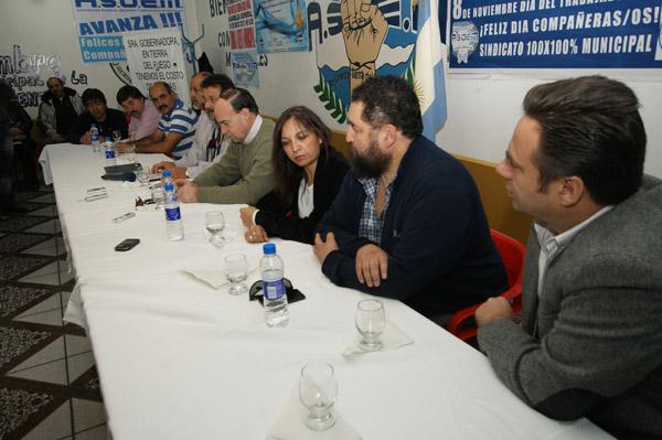 Los parlamentarios y sindicalistas en ASOEM.