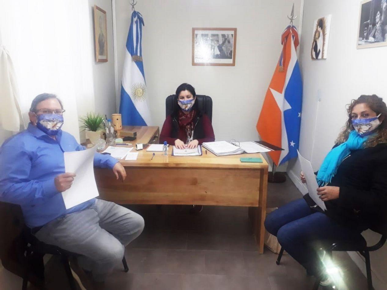 El Dr. Norberto Dávila, Presidente del Concejo Deliberante de Tolhuin, y las ediles Jeannette Alderete y Rosana Taberna, están definiendo la Agenda Le