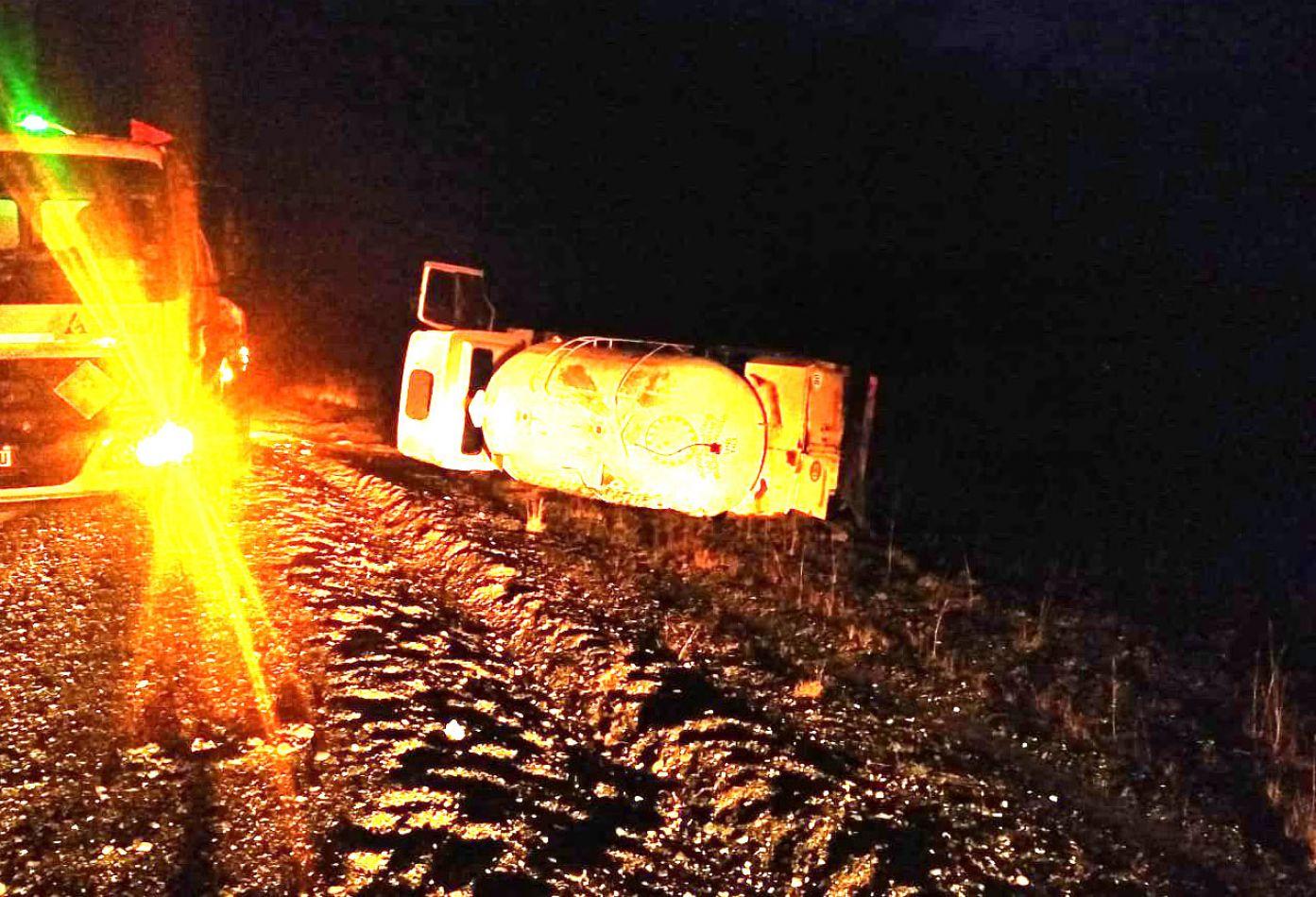 El camión quedó volcado a un costado de la ruta 3.