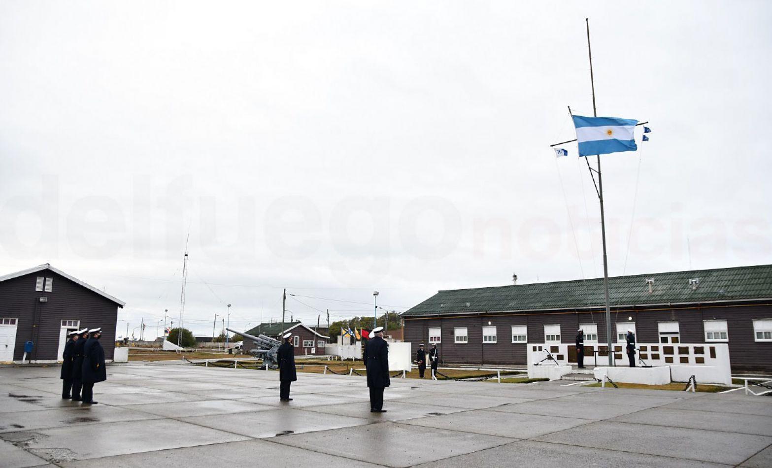 Con mínimo personal, la Armada Argentina conmemoró el 25 de mayo.