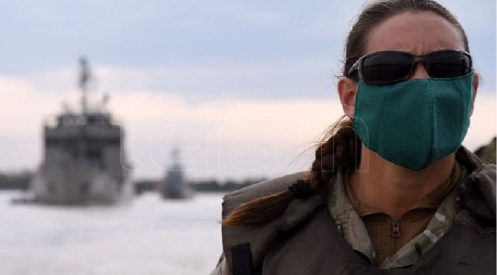 La primera oficial mujer de la Infantería de Marina dirige la unidad de botes que asistió a isleños