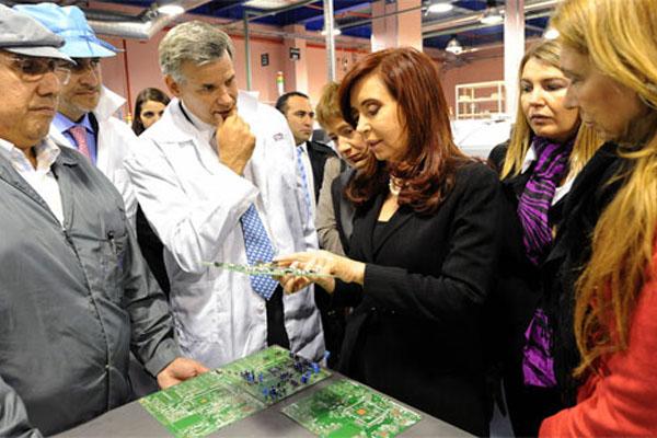 Cristina Fernández, durante una de sus visitas a las fábricas fueguinas.
