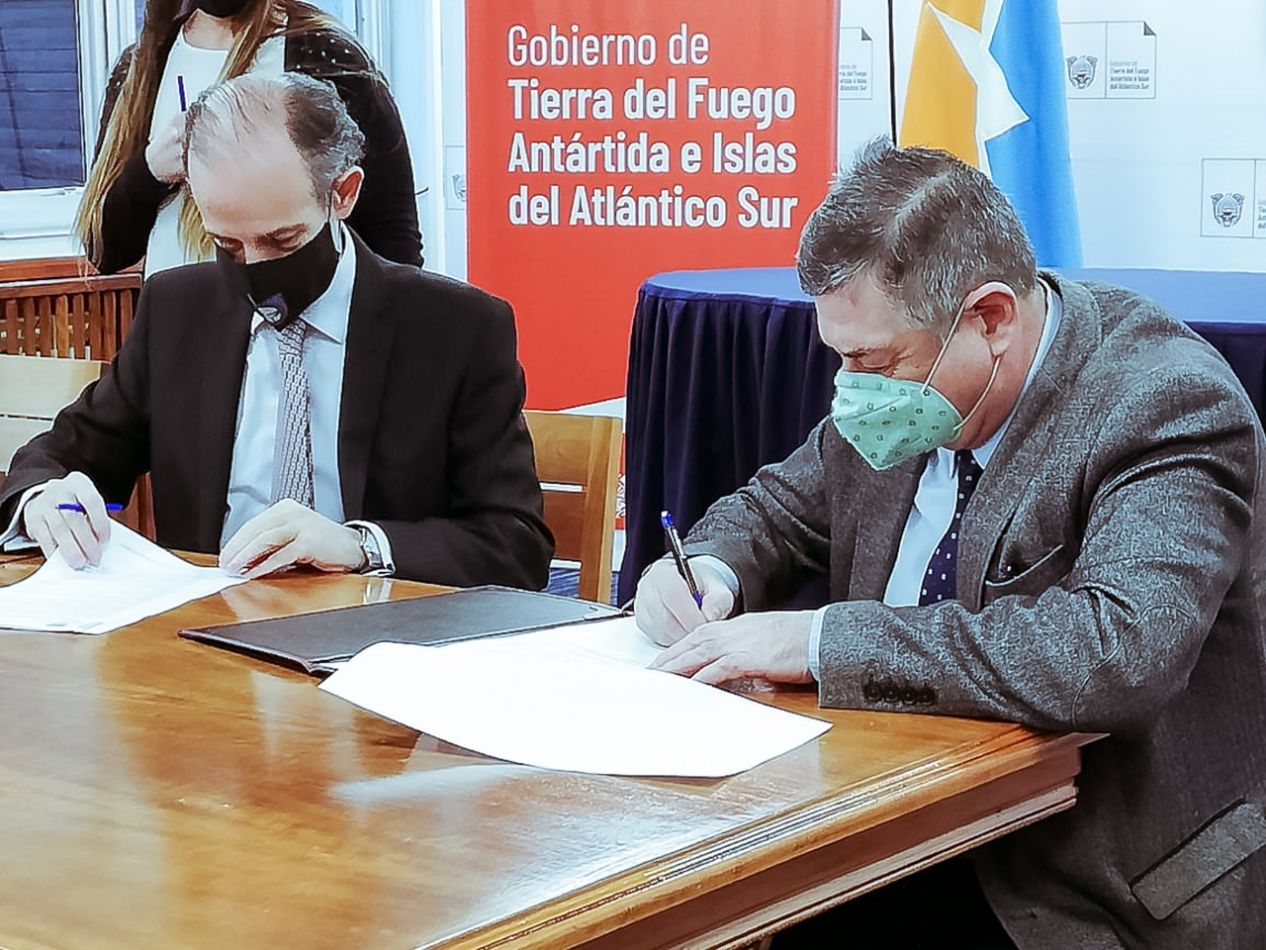 Firma de convenio con Consejo Profesional de Ciencias Económicas, Cámara Ushuaia, y el Colegio Público de Abogados de Ushuaia.
