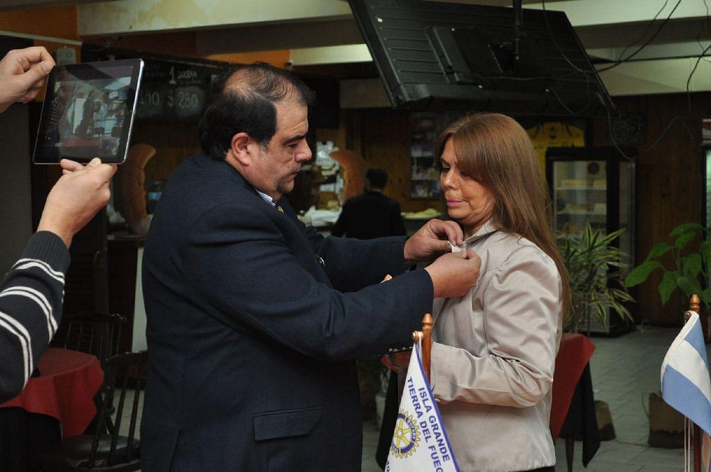 Claudia Ibaldi asumió un nuevo mandato como presidente del Rotary Club Isla Grande, tras la entrega del pim por el past presidente Felipe González la