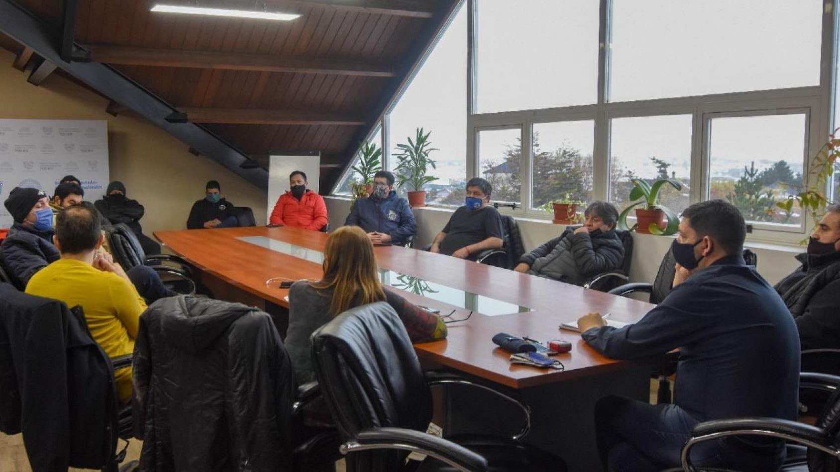 Reunión con referentes de sindicatos y sectores vinculados a la actividad portuaria .