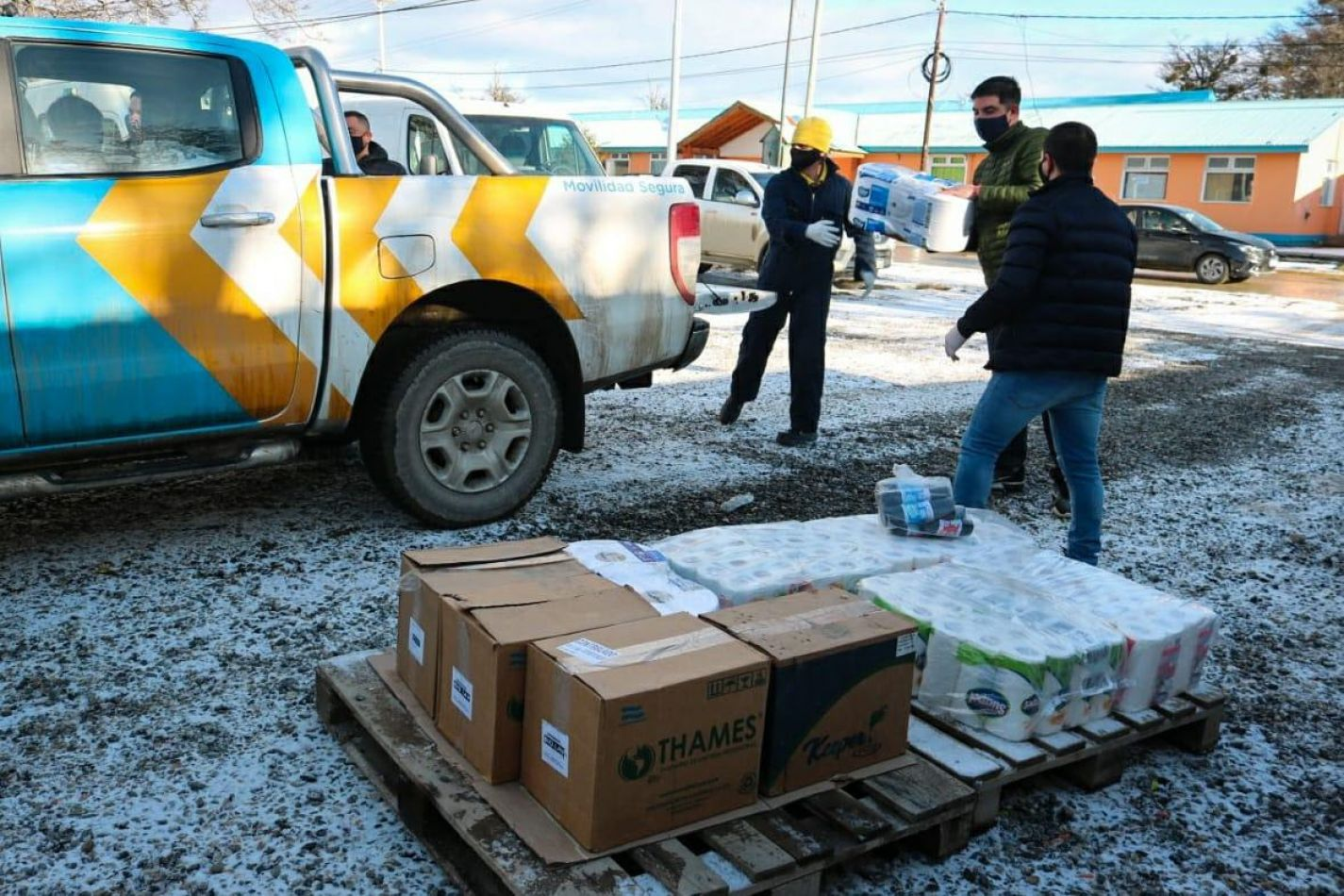 Personal del municipio de Ushuaia entregando los insumos sanitarios.