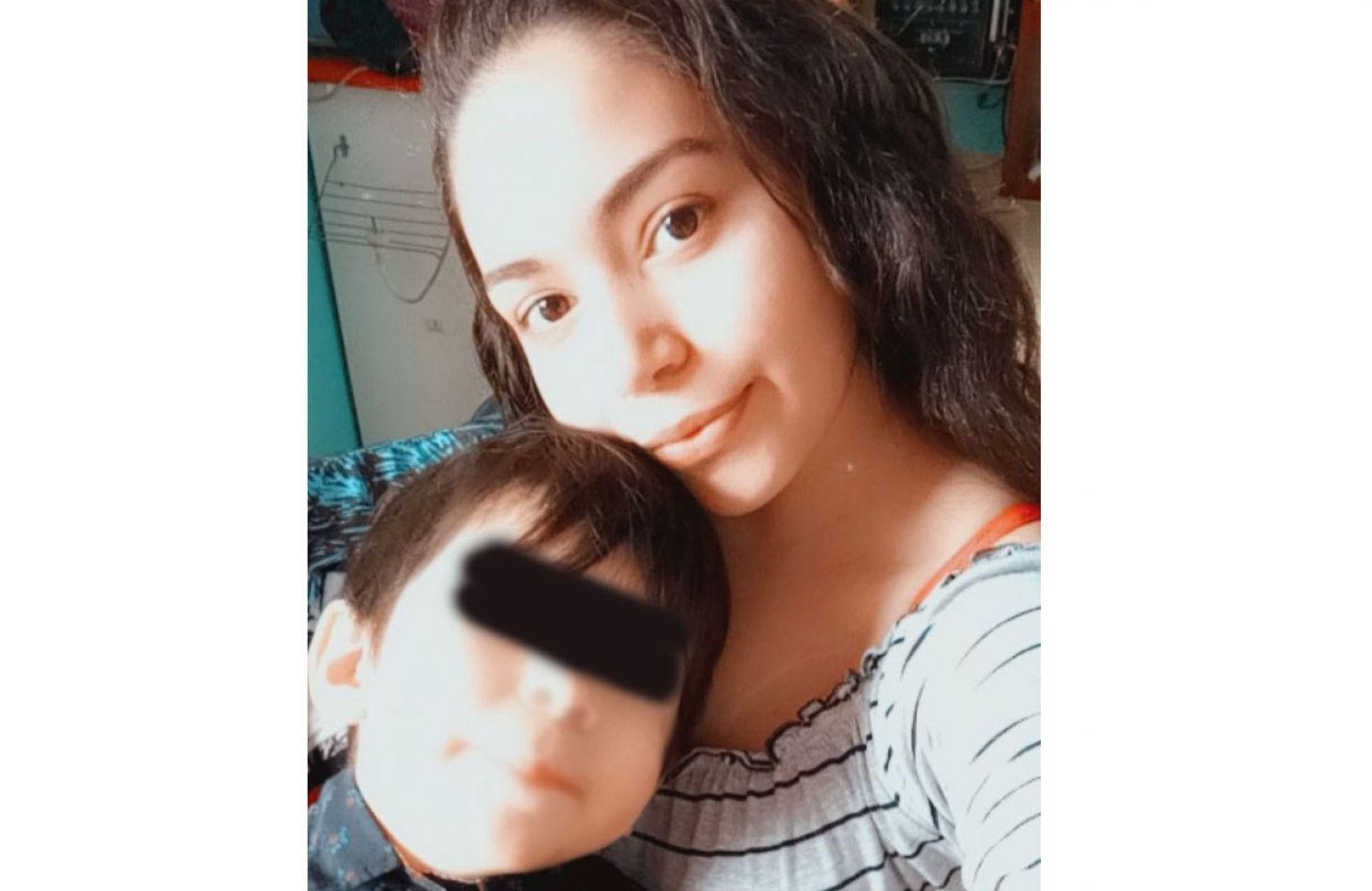Yessica Piñeiro de 20 años, de Tolhuin, recurrió a los medios y a las redes sociales para que su hijo pueda recibir la atención médica necesaria.