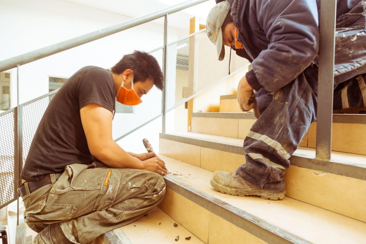 Personal de Obras Públicas trabajando en el mantenimiento de edificios educativos.
