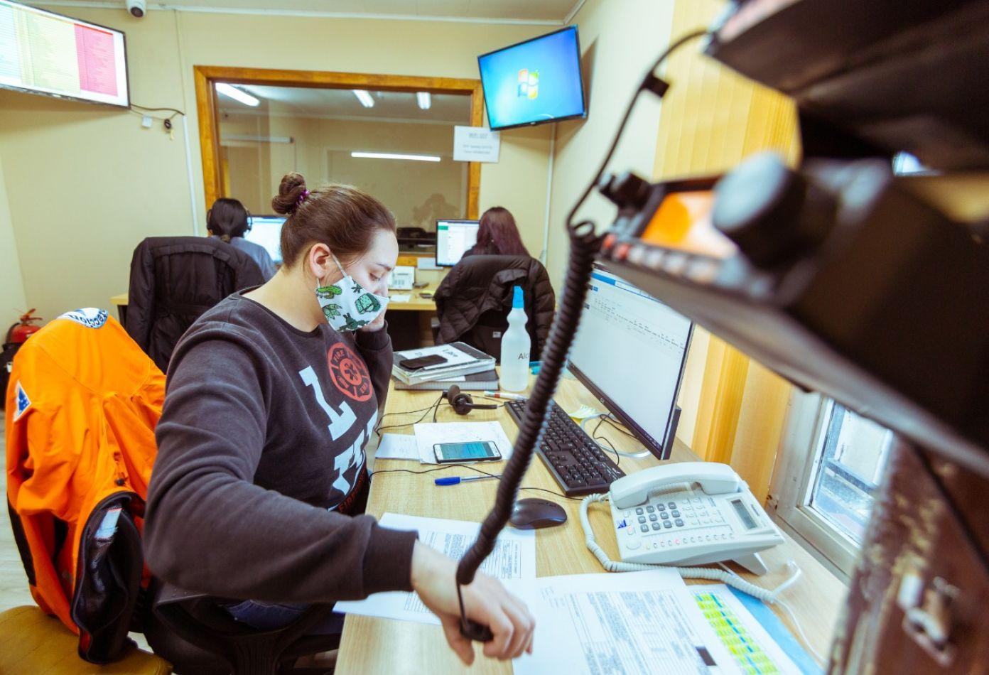 Equipos de profesionales dá seguimiento telefónico a pacientes covid positivos.
