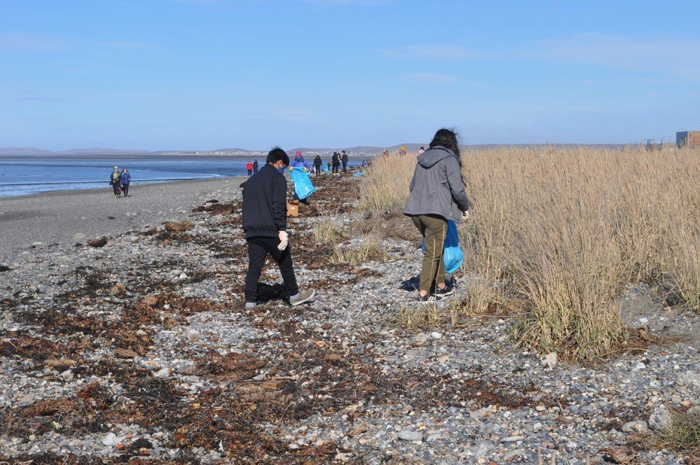 Casi un centenar de voluntarios se sumaron de manera desinteresada a la campaña de limpieza de la playa.