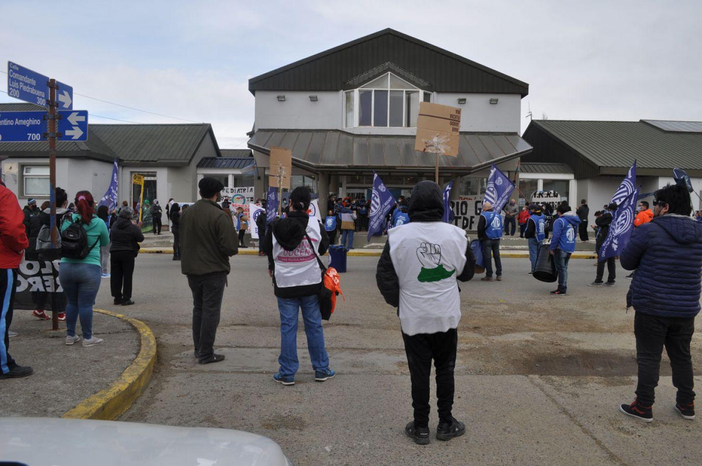 En el Día de la Sanidad, trabajadores estatales reclamaron en la puerta del nosocomio.