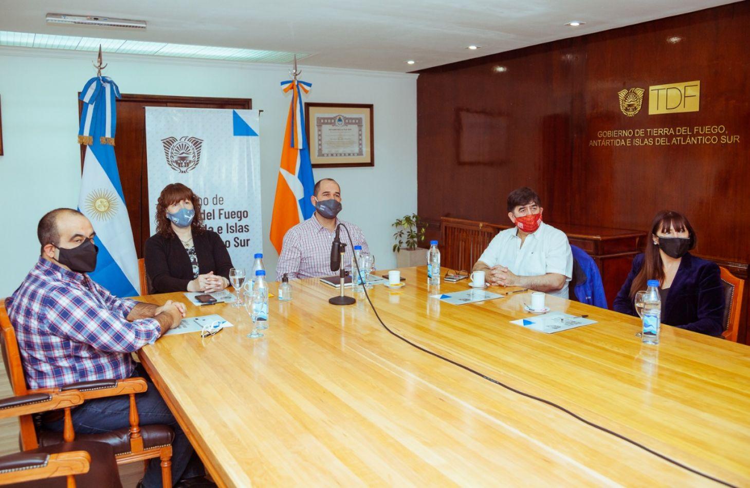 Firma de acuerdo para la implementación  de un mayor porcentaje de mano y obra local