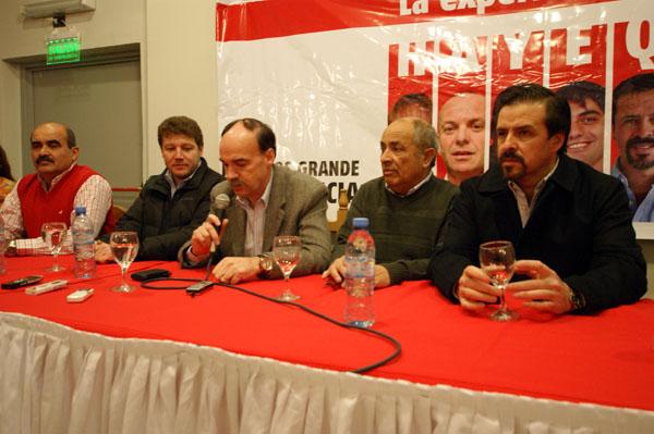 Autoridades y candidatos de la UCR, durante la conferencia de prensa.