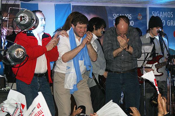 Gustavo Melella festeja la victoria junto a Jorge Martín y Pablo Blanco.