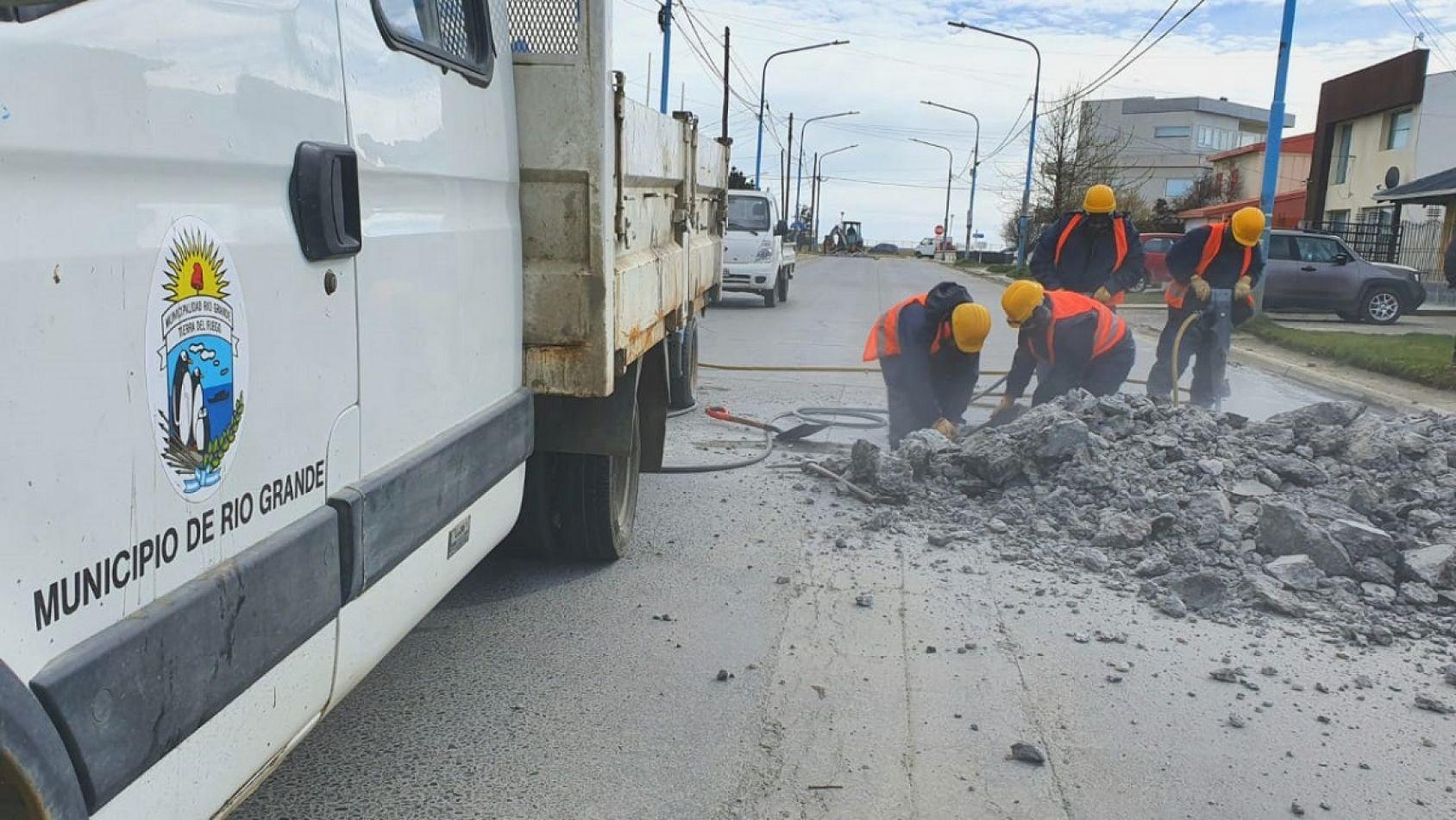 Trabajos de bacheo en calle Pacheco.