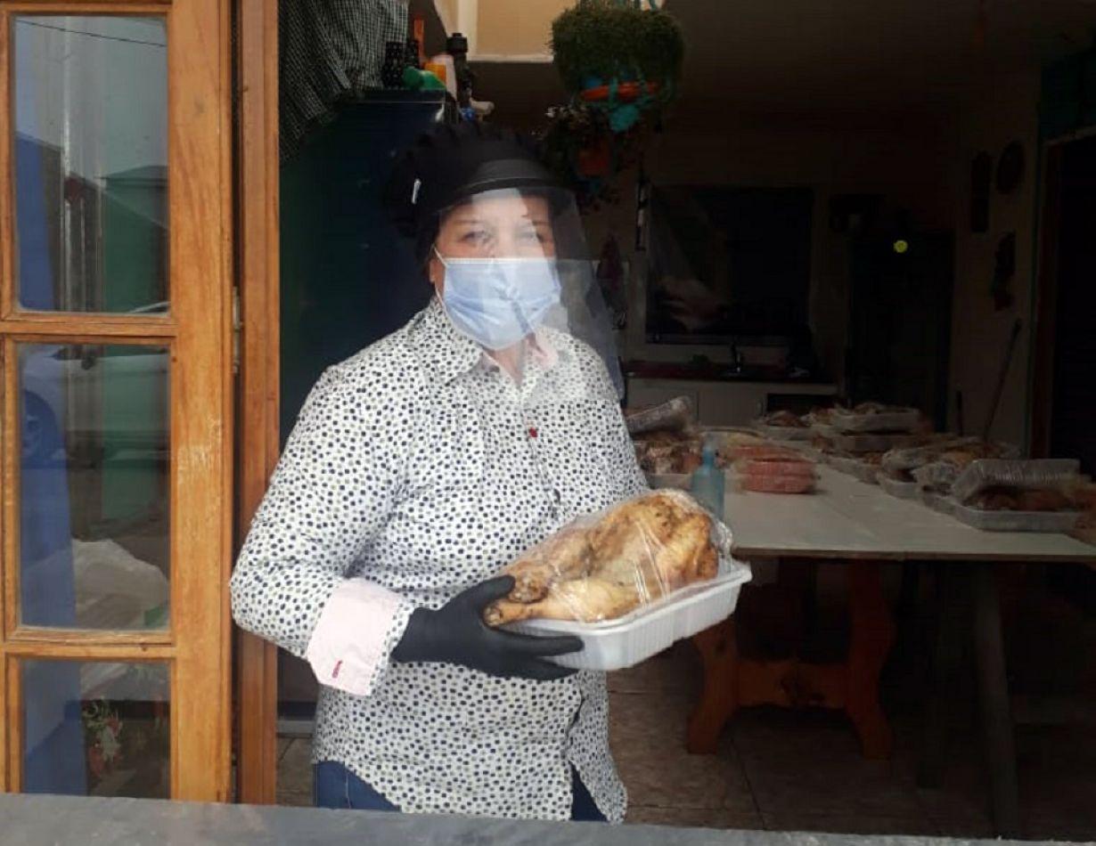 De menú, Felisa brindó un pollo con ensalada rusa por el Dia de la Madre.