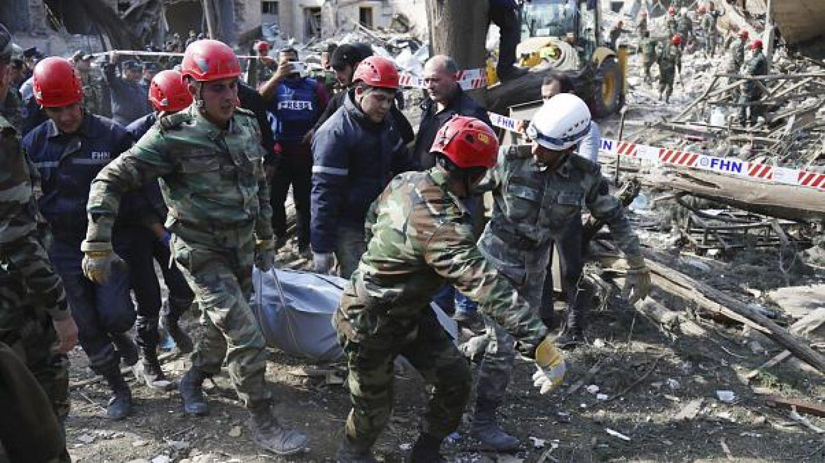 Decenas de rescatistas trataban de encontrar supervivientes entre los escombros y reunían restos humanos en bolsas mortuorias negras.