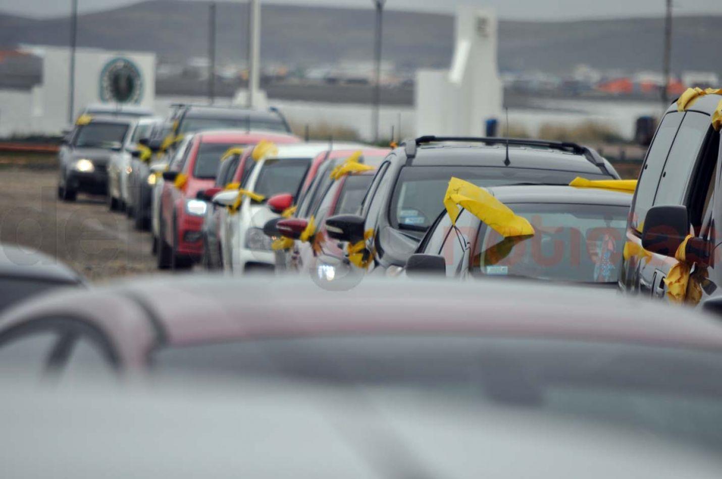 Cientos de automóviles se concentraron y marcharon en apoyo a las madres Pañuelos Amarillos.