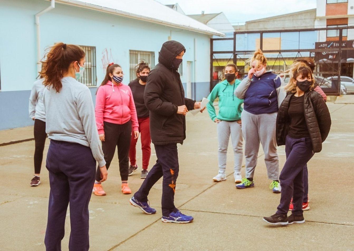 Plantel femenino de vóley entrenando en el playón de la escuela 2.