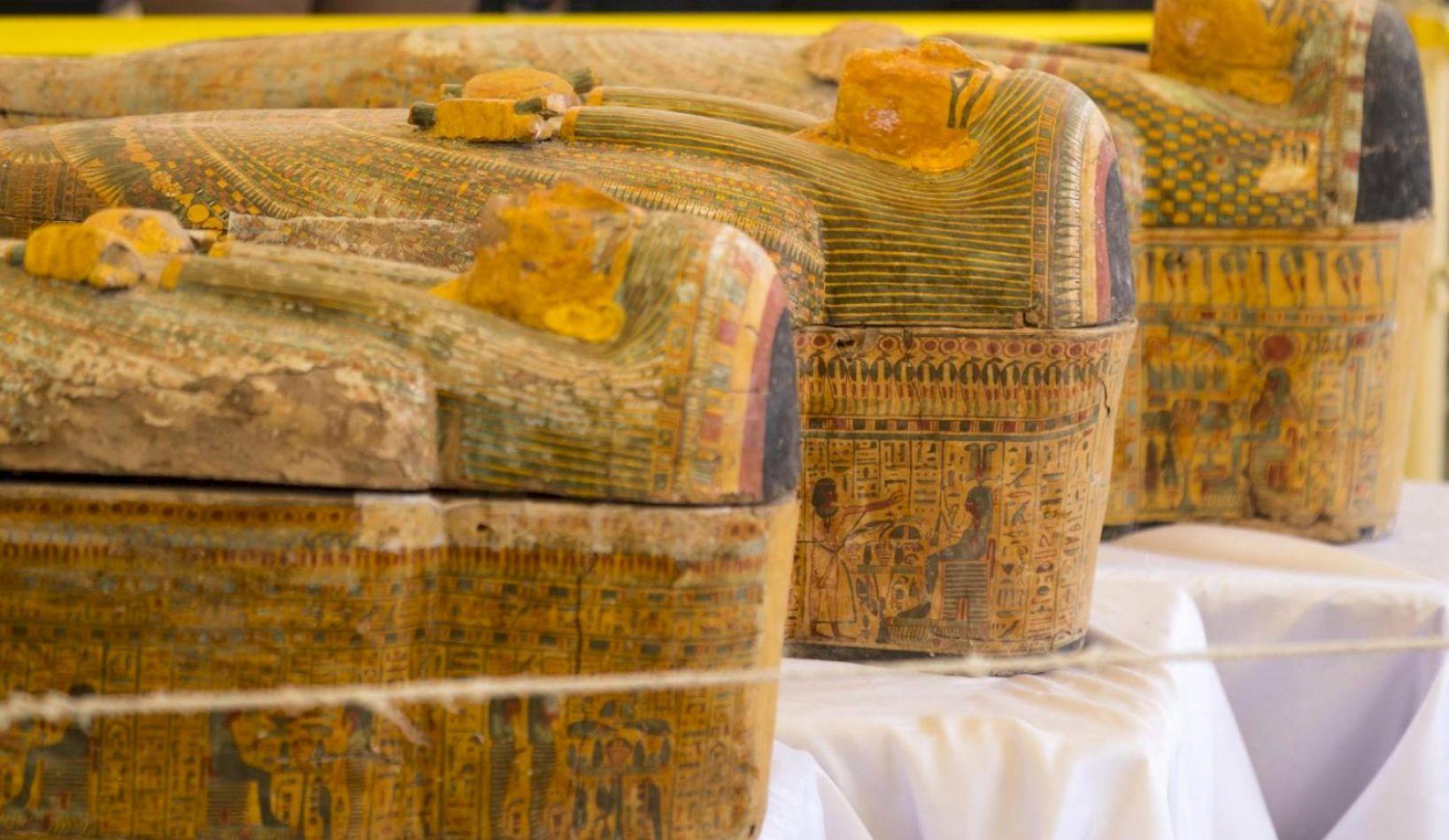 Descubren cien sarcófagos intactos en Egipto